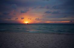 Заход солнца на пляже Playa Norte в Isla Mujeres, Мексике Стоковая Фотография RF