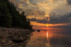 Заход солнца на Реке Волга, солнце устанавливает над горизонтом, Стоковое Фото
