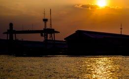 Заход солнца на реке перед строить Стоковое фото RF