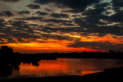 Заход солнца на реке Luangwa, южном национальном парке Luangwa, Замбии стоковые изображения rf