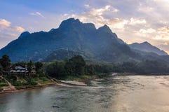 Заход солнца на реке Ou Nam в Nong Khiaw, Лаосе Стоковые Изображения RF