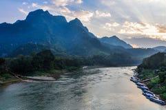Заход солнца на реке Ou Nam в Nong Khiaw, Лаосе Стоковые Фото
