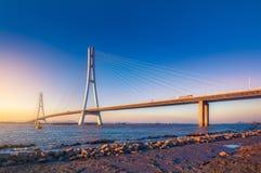 Заход солнца на реке Spanning мост Стоковые Фотографии RF