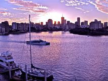 Заход солнца над рекой Брисбена и Брисбеном Квинслендом Австралией Стоковое Фото