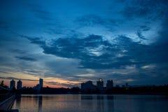 Заход солнца над рекой в городе Лето в городе Стоковые Фотографии RF