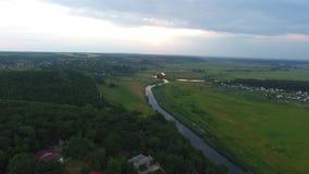 Заход солнца над рекой и полем видеоматериал