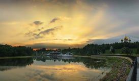 Заход солнца над рекой Kotorosl yaroslavl Россия стоковые изображения