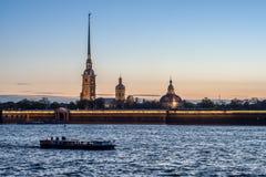 Заход солнца над рекой Neva, Санкт-Петербургом, Россией, маем 2015 Стоковые Изображения