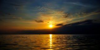 Заход солнца на речном береге Стоковая Фотография