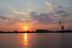 Заход солнца над речным портом вечера стоковые изображения
