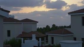 Заход солнца над роскошными виллами пляжа праздника для ренты на Кипре сток-видео