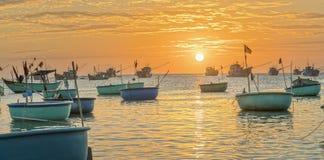 Заход солнца на рыбацком поселке и традиционных въетнамских рыбацких лодках Стоковые Фото