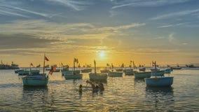 Заход солнца на рыбацком поселке и традиционных въетнамских рыбацких лодках Стоковые Фотографии RF