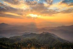 Заход солнца на саммите холма Tulay, провинции Tak, Таиланда Стоковое Изображение