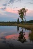 Заход солнца над спокойным озером стоковые фото