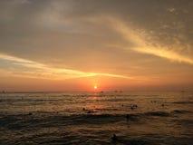 Заход солнца над Тихим океаном - взгляд от стены Waikiki в Гонолулу на острове Оаху, Гаваи Стоковые Фото