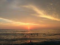 Заход солнца над Тихим океаном - взгляд от стены Waikiki в Гонолулу на острове Оаху, Гаваи Стоковая Фотография