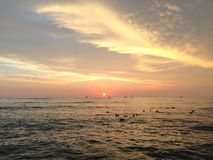Заход солнца над Тихим океаном - взгляд от стены Waikiki в Гонолулу на острове Оаху, Гаваи Стоковые Фотографии RF