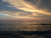 Заход солнца над Тихим океаном - взгляд от стены Waikiki в Гонолулу на острове Оаху, Гаваи Стоковое Фото