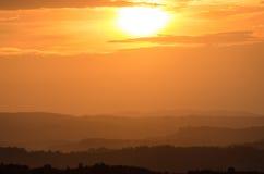 Заход солнца над тосканскими холмами Стоковые Изображения RF