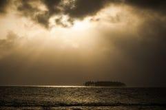 Заход солнца над тропическим островом, Сан Blas, Панама Стоковые Изображения
