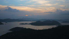 Заход солнца на тропическом острове, взгляд от горы сток-видео