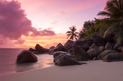 Заход солнца на тропическом пляже - Сейшельских островах - предпосылка природы Стоковое фото RF