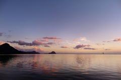 Заход солнца на тропическом пляже стоковое фото