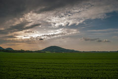 Заход солнца над холмом Стоковые Изображения RF