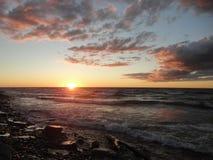 Заход солнца на Lake Ontario в Oswego, NY Стоковые Фото