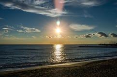 Заход солнца над Tyrrhenian морем на пляже около порта Рима в Италии Стоковая Фотография