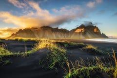 Заход солнца над Vestrahorn и своя отработанная формовочная смесь приставают к берегу в Исландии Стоковые Изображения RF