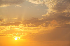 Заход солнца неба мечтает - восход солнца на пасмурной предпосылке Стоковое Фото