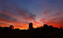 Заход солнца неба огня в городе caetano Sao Стоковые Изображения RF