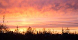 Заход солнца неба драматические и электричество линии электропередач стоковое фото