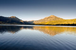 Заход солнца озера гор отражает Стоковые Изображения RF