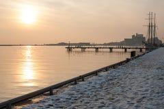 Заход солнца озера; корабль в лучах солнца; заход солнца на воде Стоковая Фотография