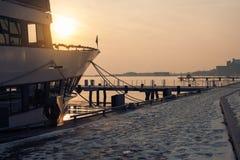 Заход солнца Онтарио; корабль в лучах солнца; заход солнца на озере Стоковая Фотография RF