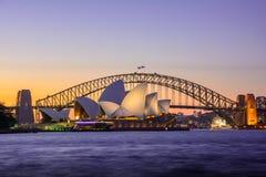 Заход солнца оперного театра и моста Сиднея иконический, Австралия Стоковое Фото