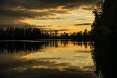 заход солнца отраженный озером Стоковые Фотографии RF