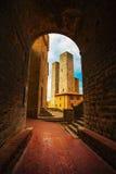 Заход солнца от тоннеля, башни San Gimignano в центральном Erbe squar Стоковые Фотографии RF
