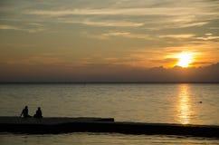 Заход солнца пар наблюдая на пристани Стоковые Изображения RF