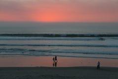Заход солнца падает на Тихий океан пляж Стоковые Фотографии RF