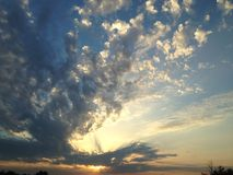 Заход солнца поздним летом пасмурный Стоковое Изображение RF