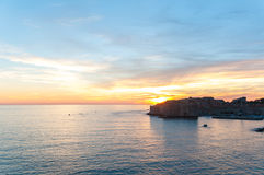 Заход солнца понижаясь на стены Дубровника на день ` s лета стоковое фото rf
