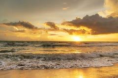 Заход солнца прибалтийский красивейший заход солнца моря штиля Заход солнца моря золота Стоковое фото RF
