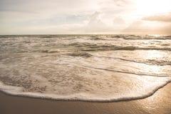 Заход солнца прибалтийский красивейший заход солнца моря штиля Заход солнца моря золота Стоковое Изображение RF