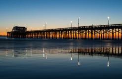 Заход солнца пристани пляжа Ньюпорта Стоковое фото RF