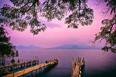 Заход солнца пристани Panajachel, озеро Atitlan, Гватемала, Центральная Америка стоковые фотографии rf
