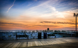 Заход солнца пляжа на Атлантик-Сити Стоковая Фотография RF